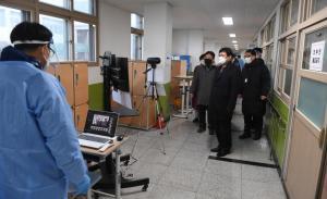 수능 관계자들을 격려하는 김병우 충북도교육감